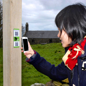visitor scanning qr label