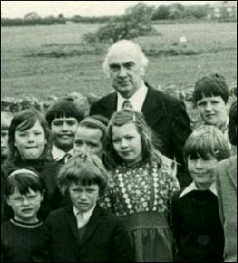 Photo of Tecwyn Roberts with schoolchildren