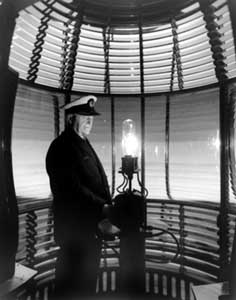 photo_of_lighthouse_lantern_and_keeper